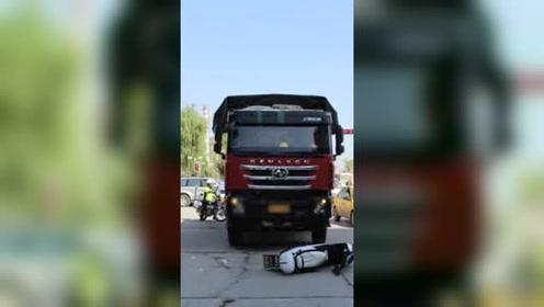 警惕盲区!货车推行电动车30米司机毫无察觉,市民尖叫才停住