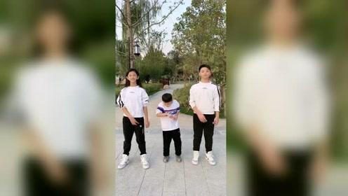 孩子们一起录视频,大儿子被踩脚的那一刻我笑了!