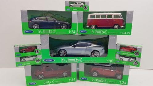 打开玩具盒子展示多款汽车玩具