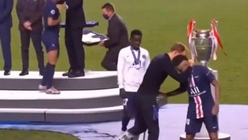 欧冠赛后拜仁列队鼓掌献给巴黎,这是竞技对手之间最高的尊重