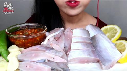 生吃鲳鱼块没有辣酱还能吃下去吗?
