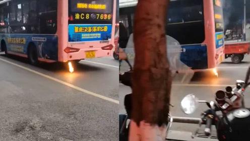 """公交车排气管着火,仿佛""""火箭发射"""",市民纷纷追喊着火了!"""