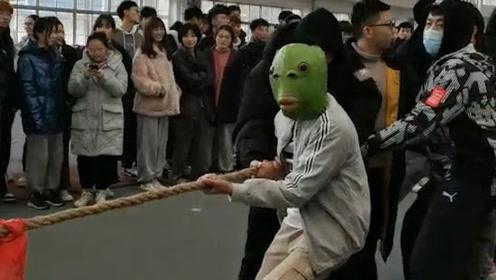 真體育生!拔河比賽繩子被當場拔斷 人仰馬翻