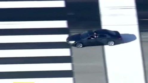 一辆车冲进范尼斯机场,警察围追堵截,现场视频曝光