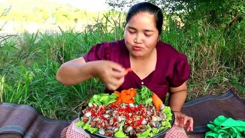 胖妹做白灼血蛤,淋上一圈辣酱,用生菜包着一口好几个