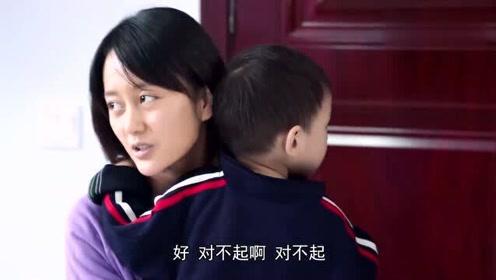 女孩带儿子参加村里的培训课,谁料村民却想赶她走,书记看后直接出手