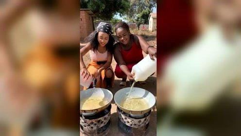 非洲美女第一次炸虾片,来自中国的美食,让她们觉得十分神奇!
