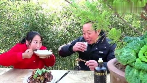 胖妹炖3斤羊排,老爸大口喝酒大口吃肉,打算过年2000块钱买只羊