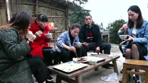 秋妹回老家,全家人一起烤山羊、包饺子,吃得过瘾,玩得开心