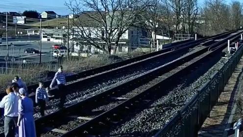 """视频下20秒:一家人在火车道上拍照玩耍,结果险遭""""团灭""""!"""