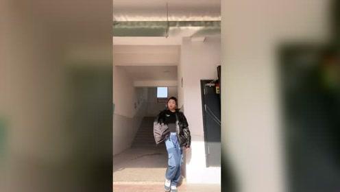 不出意外的话,走过去的那个男生会跟班上所有的同学说:老师正在走廊上拍视频!