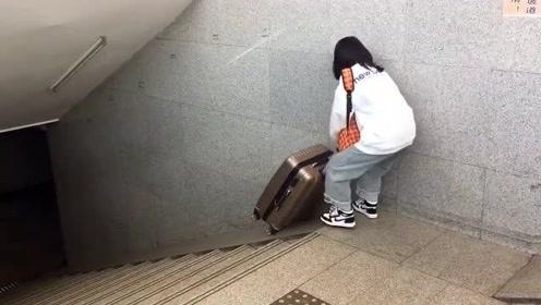 刚从海南旅游回来的美女,用这方法运送行李箱,最后的结局早就意料到了!