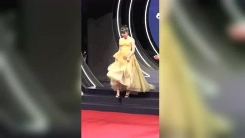 段奥娟穿黄色蓬蓬裙亮相,越来越可爱了!