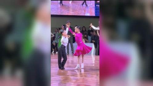 萌娃跳拉丁舞,可爱的小不点,一招一式太可爱了