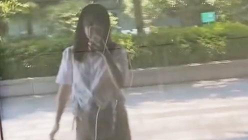 """女子对玻璃跳舞自拍 下一秒直接""""社死"""""""