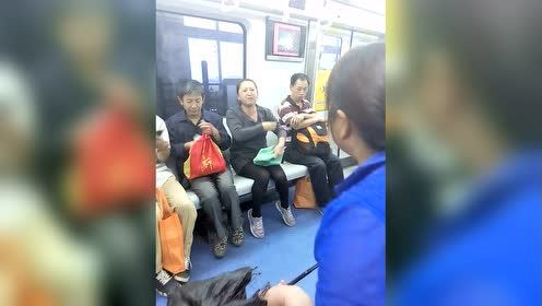 北京地铁大妈抢座激烈骂战,南腔北调手舞足蹈,霸气逼人服不服?