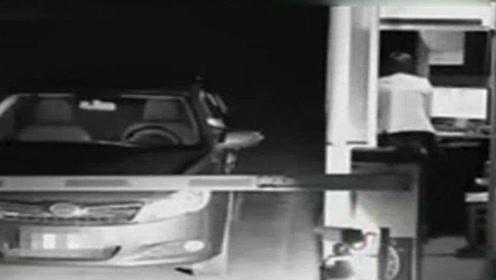 扮鬼吓收费员_奇闻趣事:为逃高额停车费,女司机扮鬼吓退收费员!