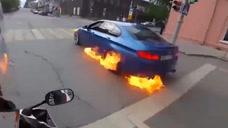 实拍男子驾驶燃烧的宝马公路狂飙 一路火花带闪电