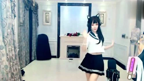 学生装美女热舞,舞姿轻快超有活力!妹子让我怦然心动!