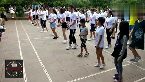 公园实拍:三个可爱的小朋友跳广场舞我的快乐