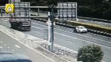 男子快车道上换胎 被实习女司机撞飞身亡