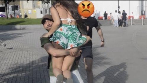 国外男子街头恶搞,抱起路人女友就跑