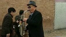 农村大爷在村里用萨克斯演奏《北国之春》,大爷真是有才