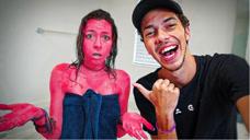 小哥将红色染料滴进洗发水,恶作剧姐姐,网友:这是亲弟弟啊