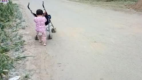 爆笑!俩小孩抢东西,看一遍笑一遍,承包了我