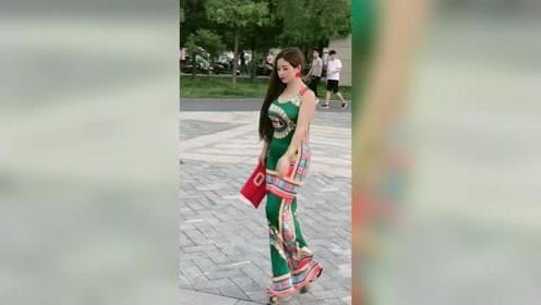 这位美女的衣服,满满的民族风,看起来十分漂亮
