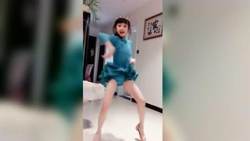 这个9岁的小萝莉火了,拉丁舞的动作很标准,长大绝对是专业的!