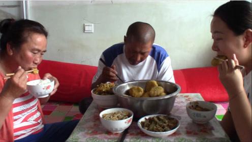 婆媳一起忙乎啥?配上米线大烩菜,大黑一顿吃五个,比吃肉都香!