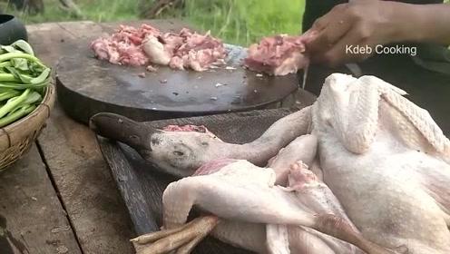 农村男孩户外美食,土鸡块搭配小青菜,简直是美味