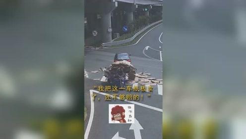 闯红灯出事故被判全责,当事人:我这一车纸板卖了,还不够赔的!