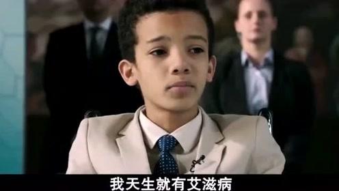 男孩在台上演讲,男子在下面说着话,连哥哥的计划也破坏了