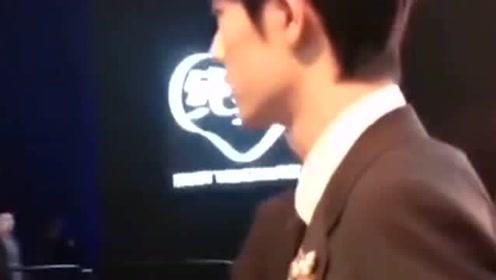 肖战考古视频,战哥的背影好帅啊,好喜欢他穿西装的样子啊一脸贵气