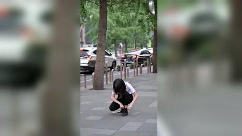 街拍偶遇一位酷酷的美女,抬头的一瞬间太有气质了!