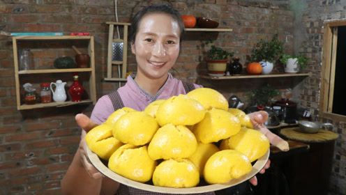 南瓜熟了,春姐摘了两颗做南瓜黄馒头,金黄有食欲,全家人都爱吃