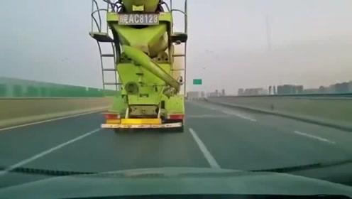 大货车不看车况强行变道使视频车受损,也不停下来直接开走