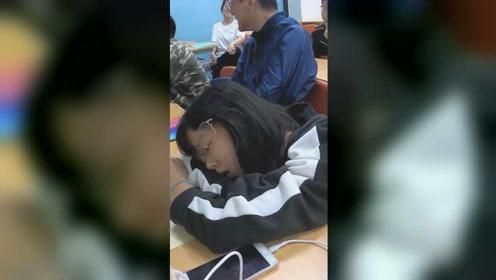 """女生趴课桌睡觉,老师调皮""""恶搞""""同学神配合,被惊醒后反应亮了"""