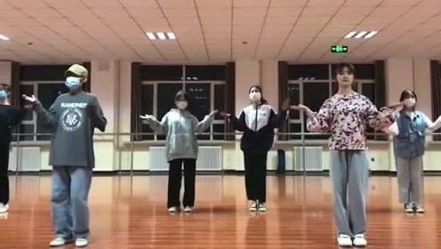 别人班级的小姐姐,跳这个舞蹈也太搞笑了,都是长腿美女!