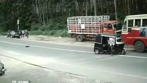 监控:三轮车这是怎么了
