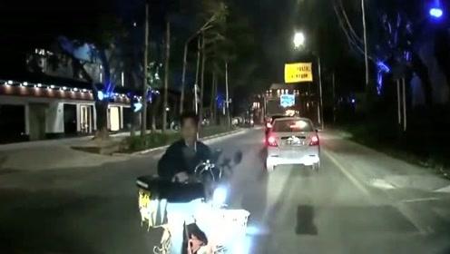 交通事故合集:视频车师傅被卡车追尾,没想到倒视镜直接被撞飞了