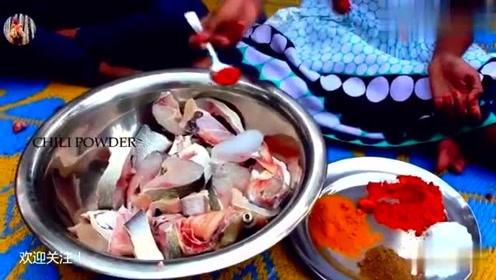 印度美食:户外烹饪咖喱鱼当午餐,味道还不错小女孩都竖大拇指!