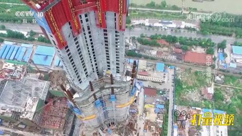 将建材运到高空是个难题,而空中造楼机如何运物资?