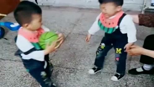 把三胞胎送到**家第二天,发来这么一段视频,真是让人又恨又爱!