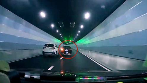 """小车隧道内豪横别车,下一秒反被怒怼上墙,""""碰碰车""""全程被拍下"""