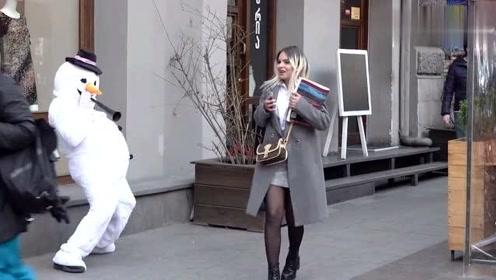 国外恶搞:街头的假雪人恶搞路人,路过的美女被吓的尿裤子