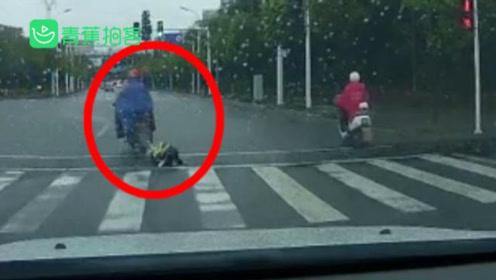 过分!孩子摩托车后座跌落家长没发现 车流中追赶百米却被家长一脚踹倒撒气