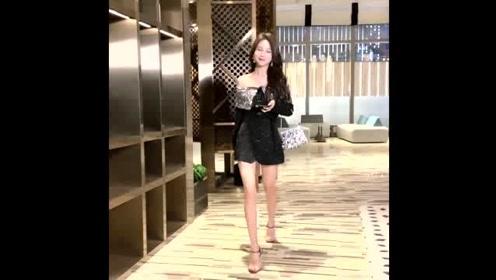 新款时尚一字带透明高跟凉鞋,穿上脚更加美丽可人!